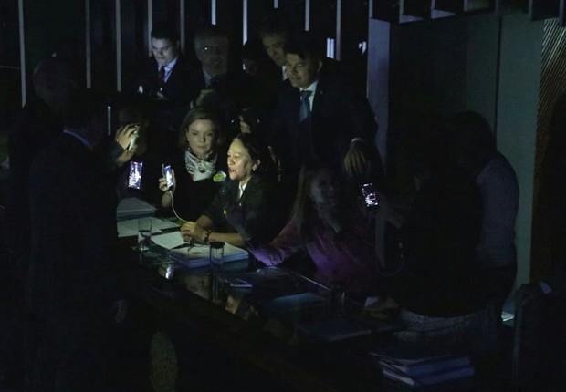 senadores-no-escuro
